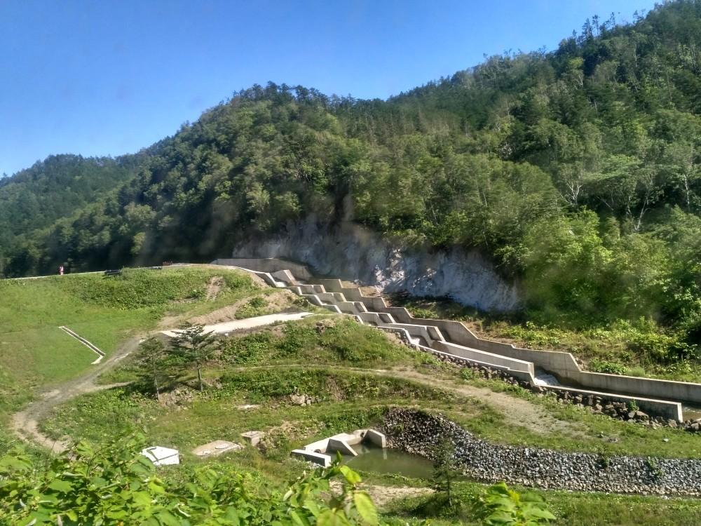 Водохранилище «Тайное» на р. Тый, снабжающее водой Холмск. Ступенчатые сливы.