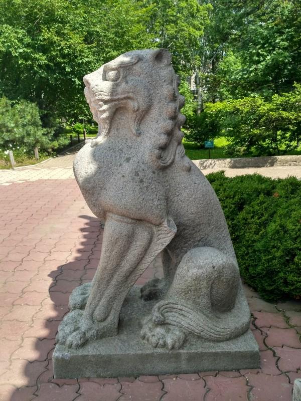 Фигуры Кома-ину, полульвы-полусобаки, их устанавливали у входа в храм