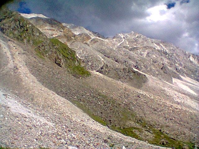 Вид на гребень пер. Ветренный со стороны р. Перевальная